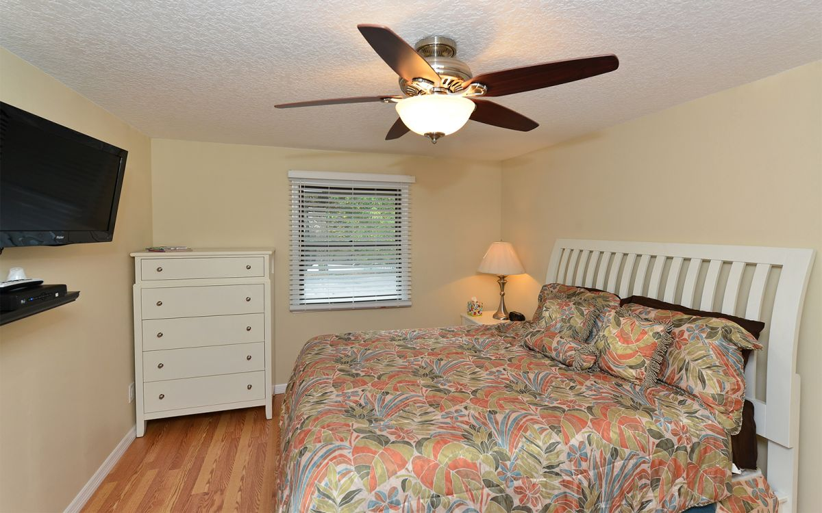 Bedroom with Queen Bed Unit A